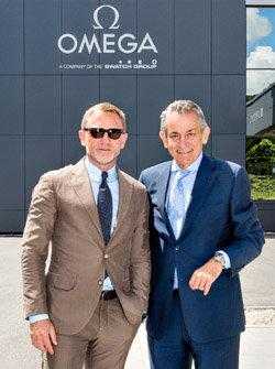 Daniel Craig with Stephen Urquhart President of OMEGA